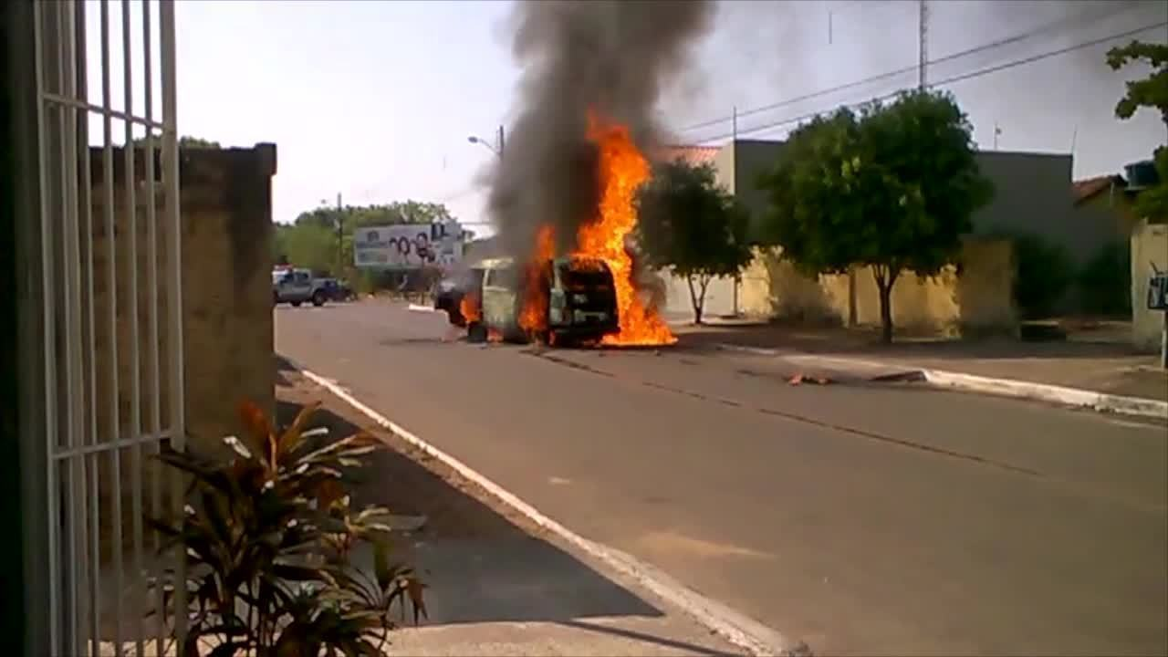 Vídeo mostra combie do Caps sendo destruída por chamas