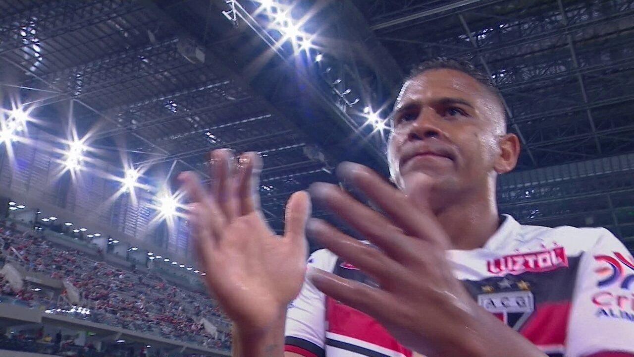 Walter recebe de Niltinho e marca contra o Atlético-PR