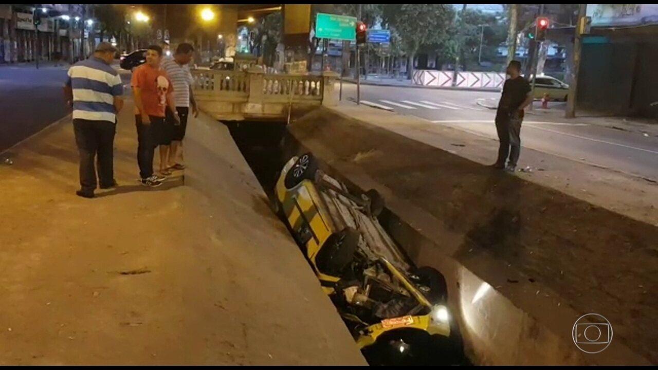 Táxi cai no canal da Avenida Paulo de Frontin, no Rio Comprido