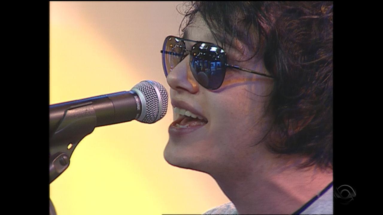 Banda Drive apresenta música 'Olhando pra você' no Jornal do Almoço, da RBS TV, em 2005