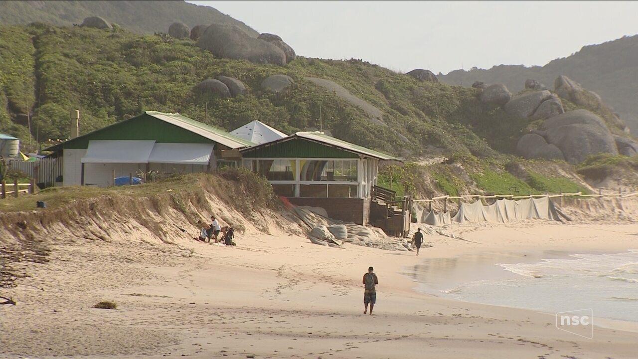 A dois meses da temporada, praias de Florianópolis ainda apresentam impactos da ressaca