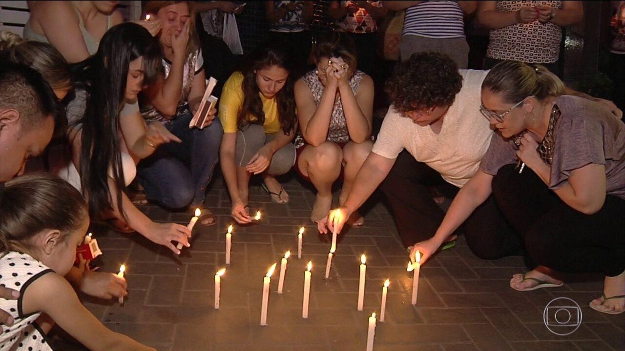 Começa o velório dos dois alunos mortos numa escola particular de Goiânia