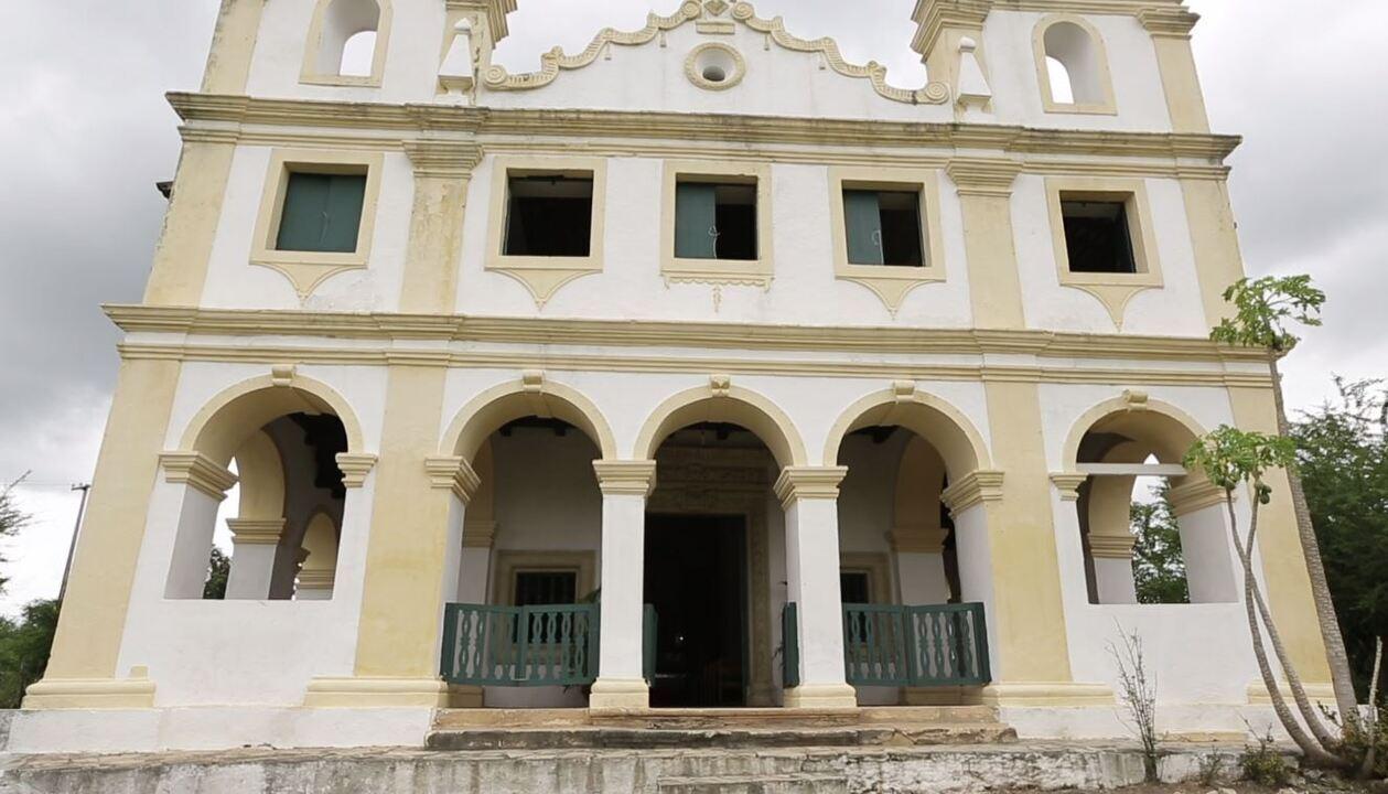 Brucce Cabral visita Igreja de Nossa Senhora da Conceição da Comandabora