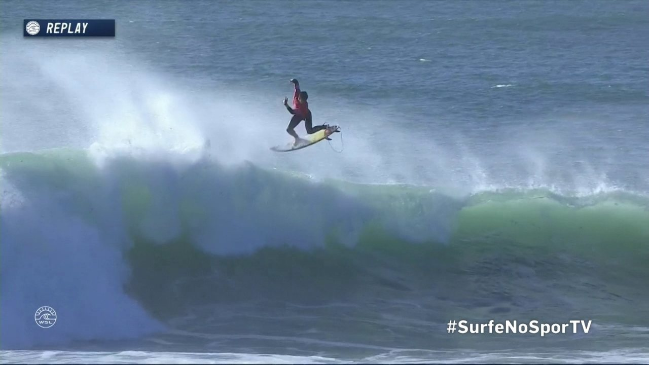 Medina manda um aéreo e garante vaga na terceira etapa do Mundial de Surfe de Portugal