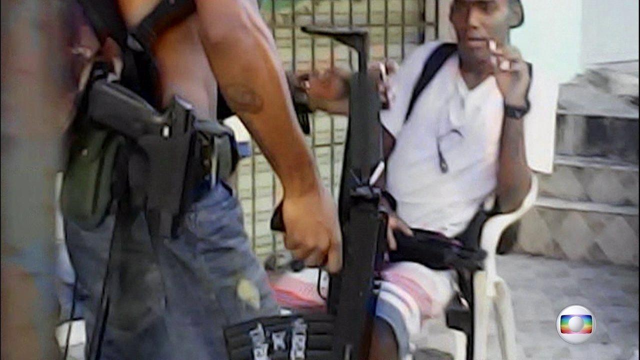 Vídeos mostram bandidos ostentando armas, drogas e joias na Maré, no Rio