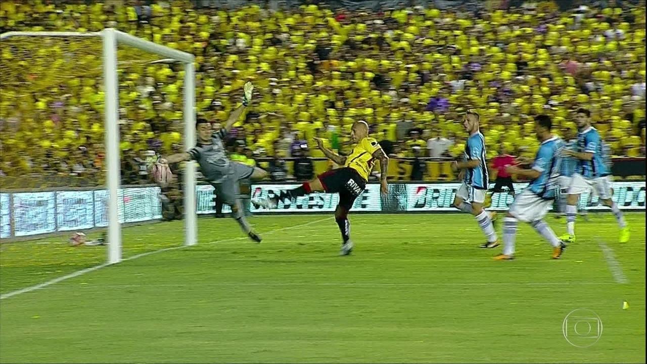 No Equador, pela Libertadores, Grêmio faz 3 a 0 no Barcelona; Grohe opera milagre