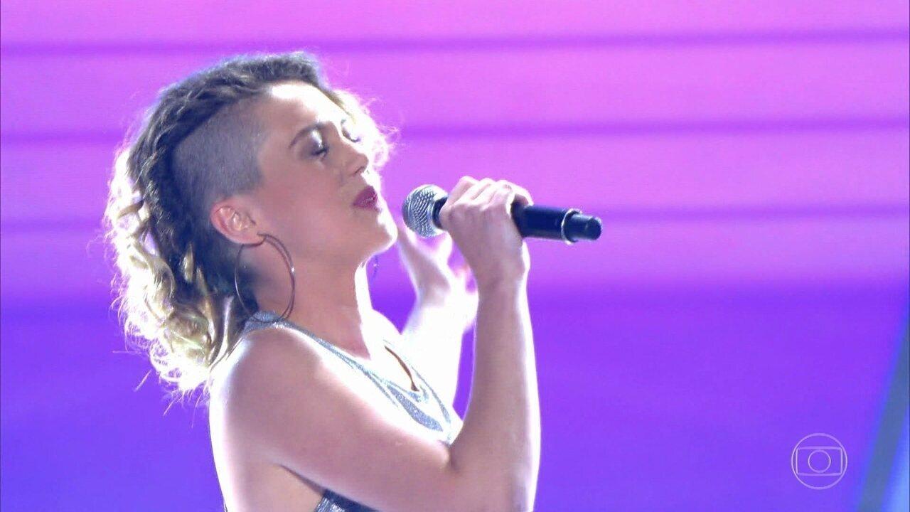 Aline Peixoto canta