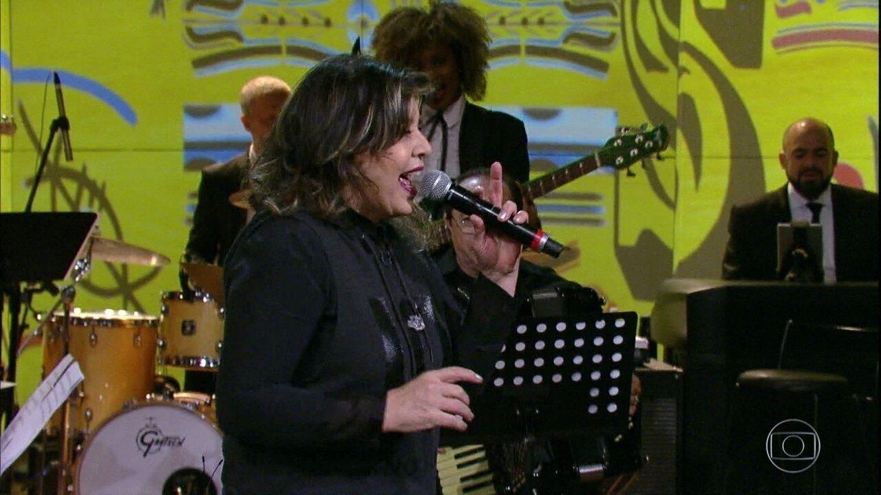 """Roberta Miranda canta """"Vá Com Deus"""""""