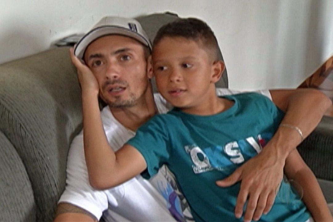 Casal faz campanha para ajudar filho com doença rara e degenerativa em Mogi