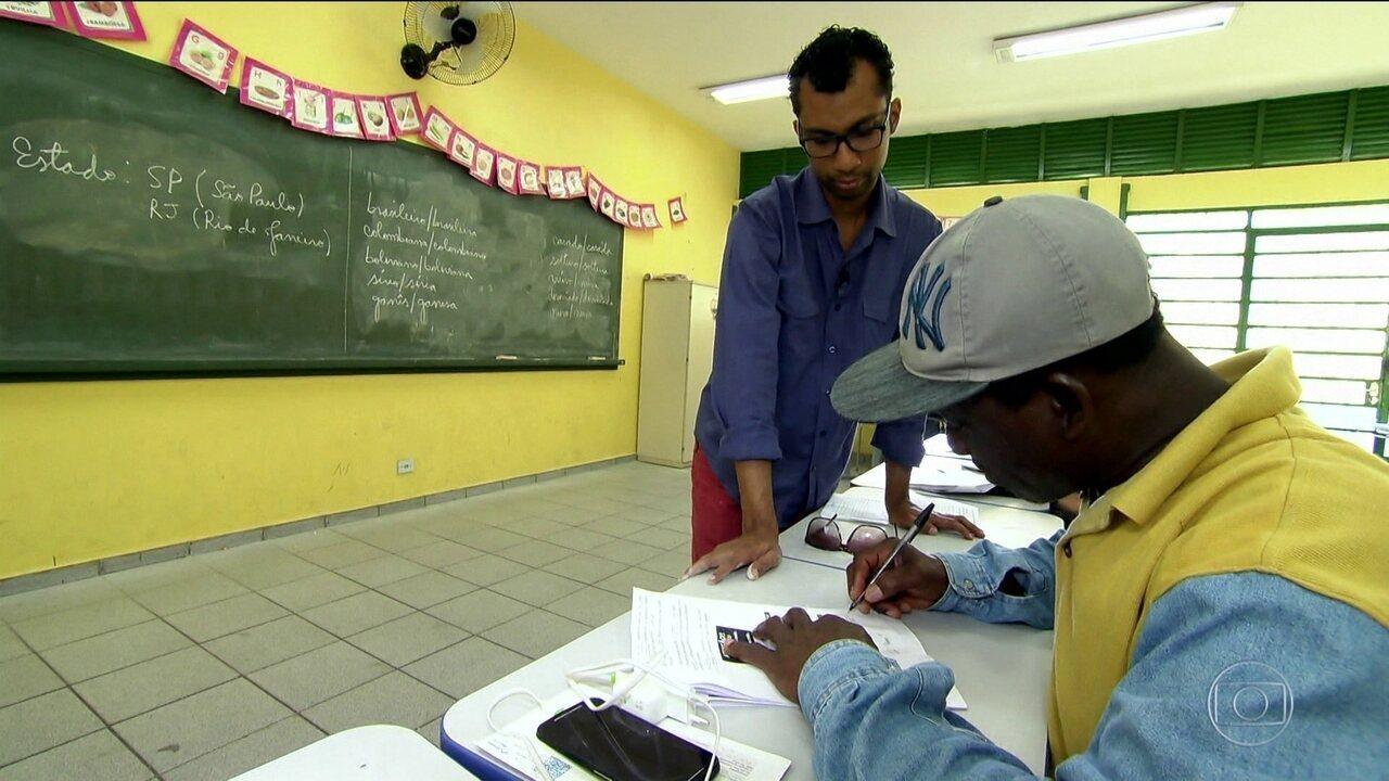 Imigrantes e refugiados têm aula de português na rede pública em SP
