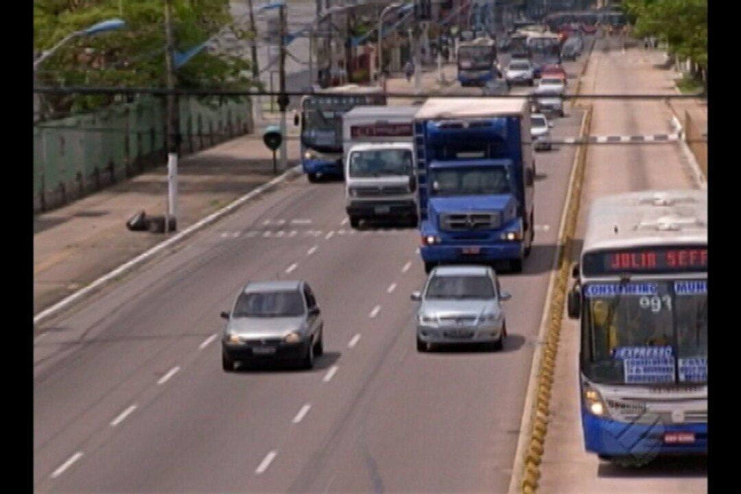 Caminhões pesados circulam irregularamente em horários proibidos na capital
