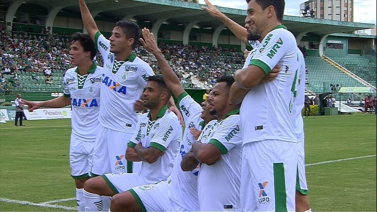 Gol do América-MG! Felipe Amorim passa por marcação e cruza. Bill desvia e marca o gol