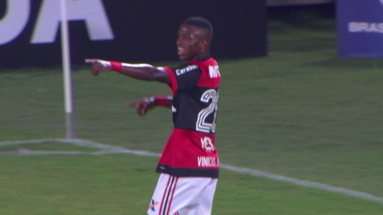 Gol do Flamengo! Vinicius Junior parte em velocidade e bate no canto de Fábio, aos 48 2º
