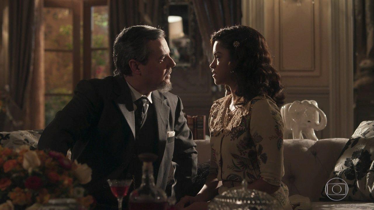 Reinaldo e Eunice se beijam
