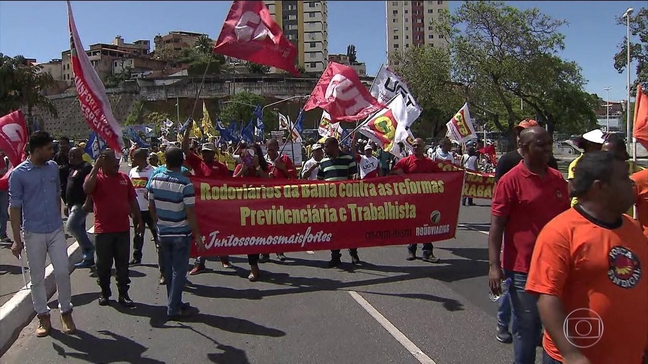 Manifestantes protestam contra as reformas Trabalhista e da Previdência