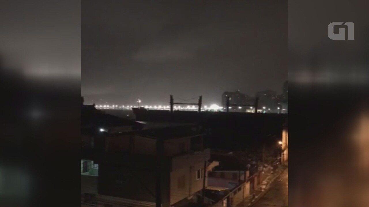 Morador de Guarujá registra navio encalhado no Canal do Estuário