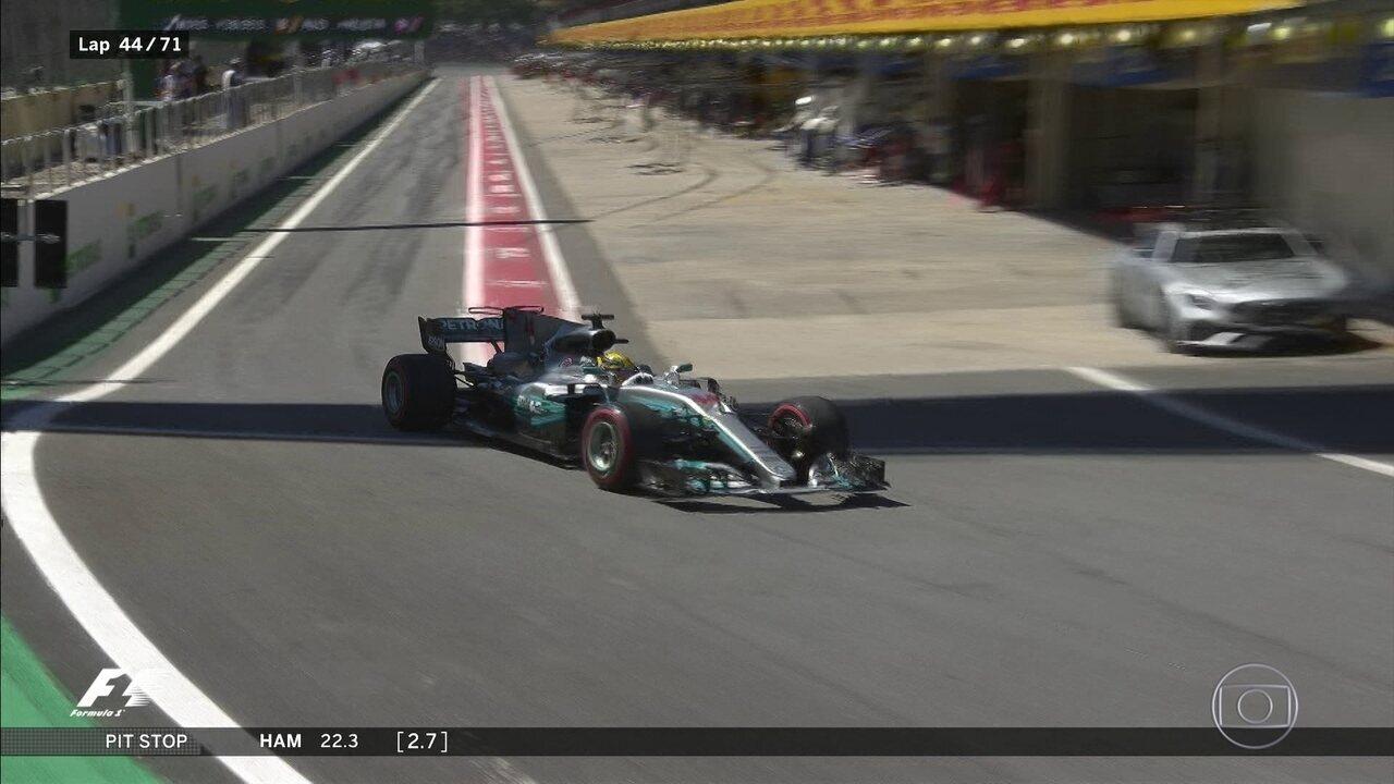 Hamilton finalmente troca os pneus e volta para pista