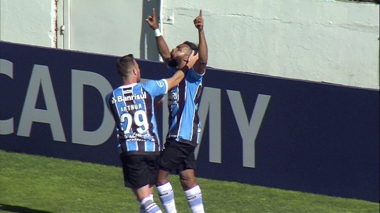 Gol do Grêmio! Leonardo cruza, e Fernandinho cabeceia para empatar, aos 18' do 1º Tempo