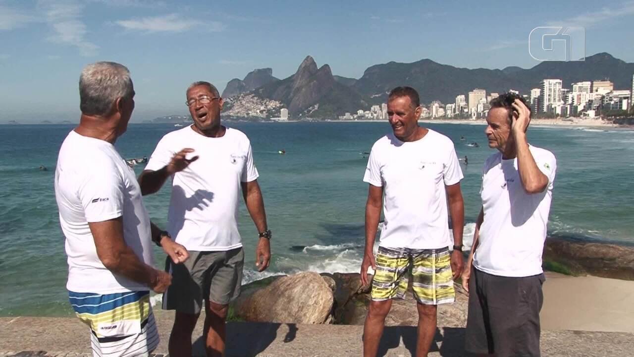 Amigos com mais de 60 anos treinam para participar de revezamento em mar aberto no Rio