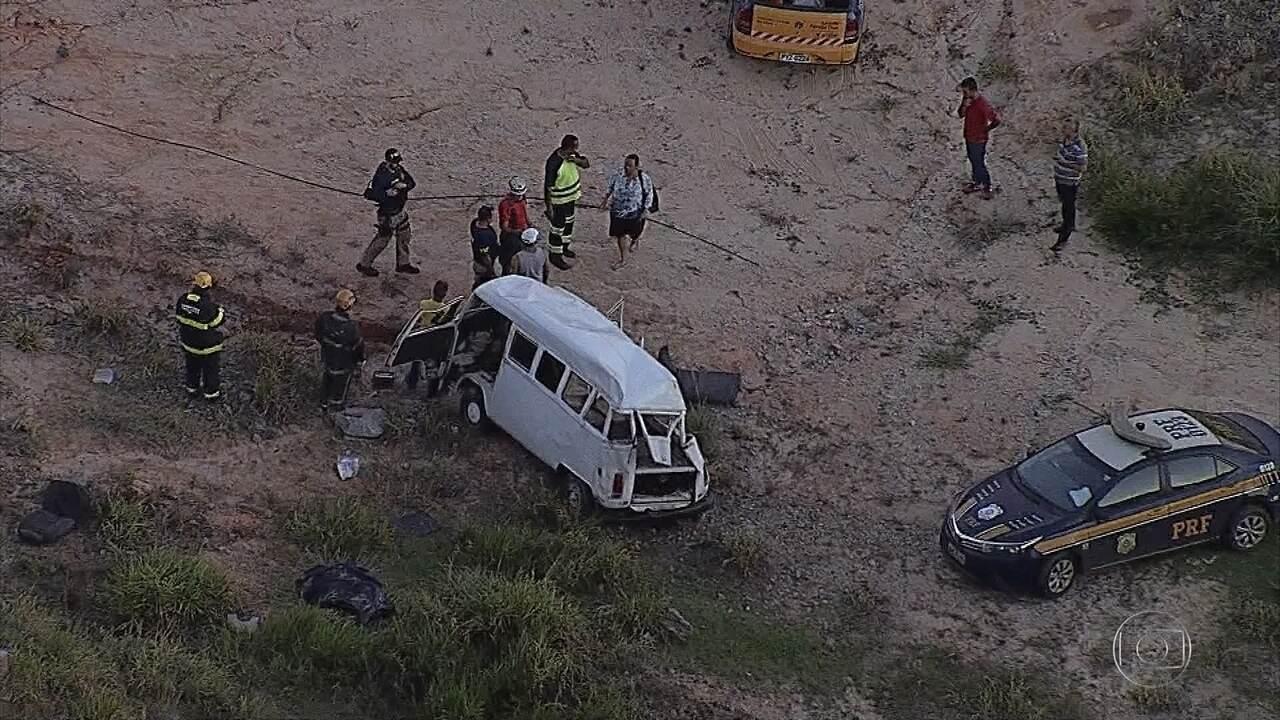 Acidente envolvendo uma kombi deixa dois mortos na rodovia Fernão Dias