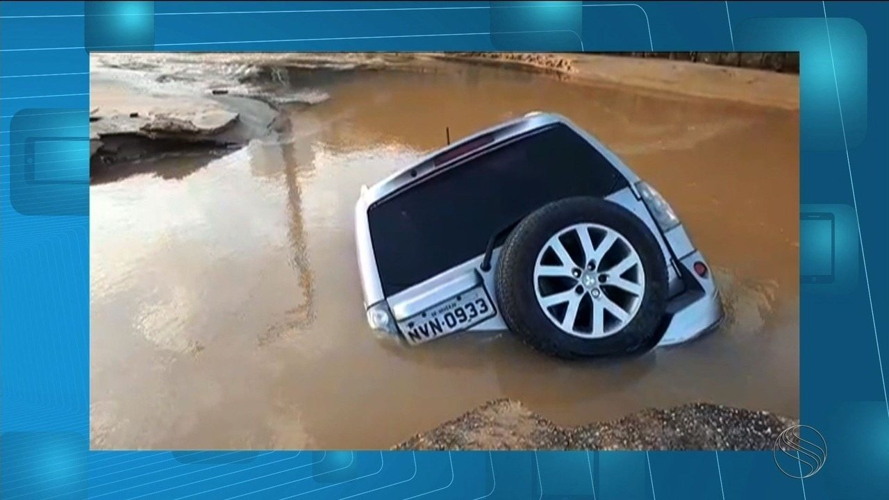 Carro é engolido por cratera após vazamento em tubulação de água