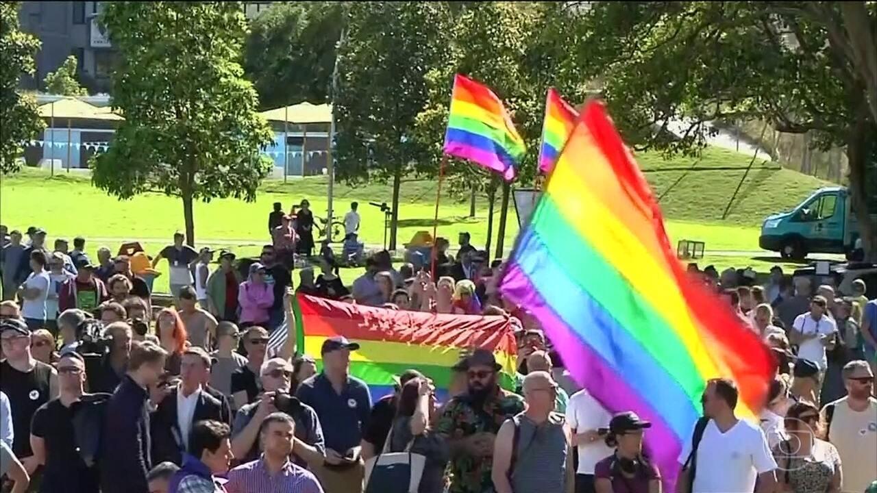 Milhares de australianos vão às ruas comemorar resultado de pesquisa que aprova a legalização do casamento gay
