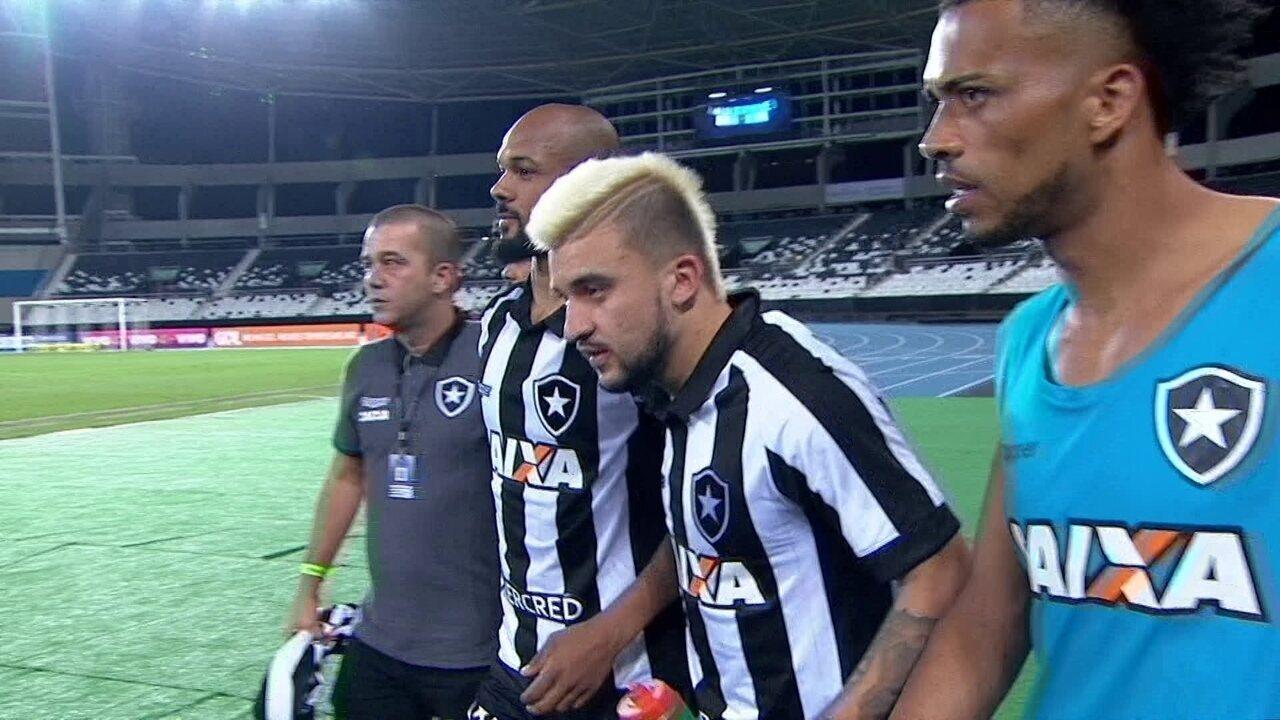Jogadores do Botafogo cercam Bruno Silva para que ele não de entrevista na saída de campo