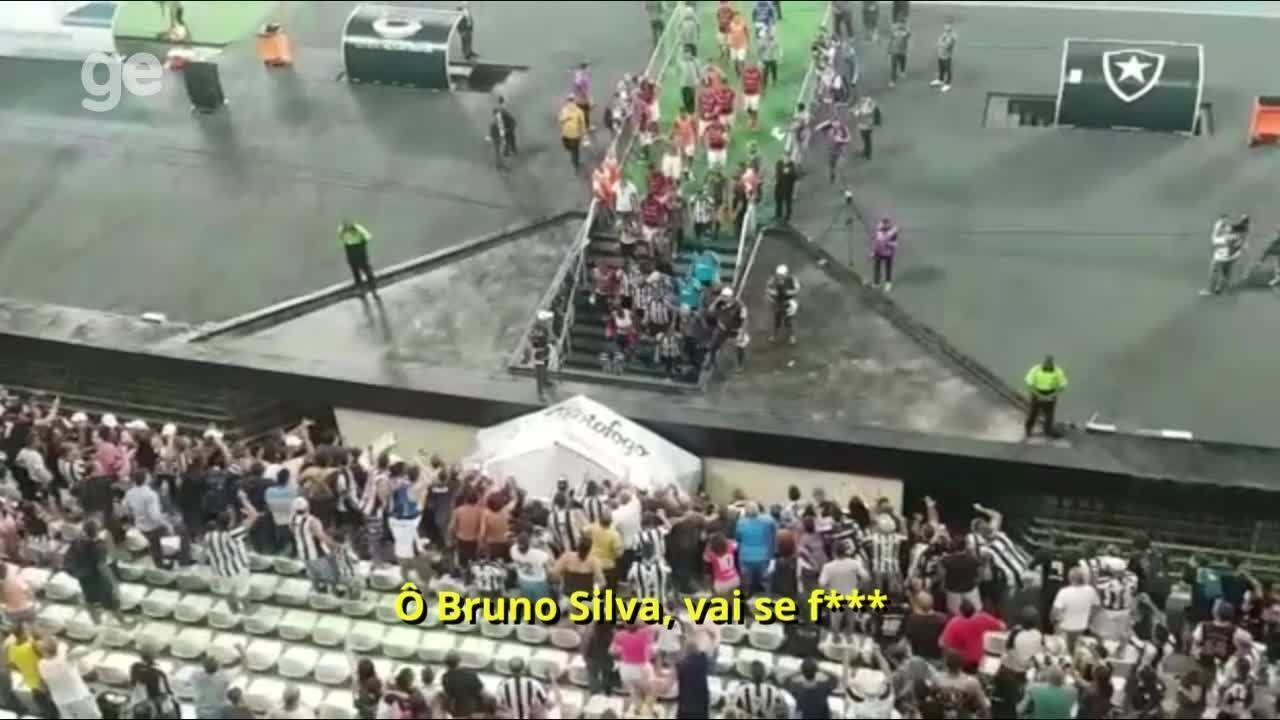 Bruno Silva deixa campo xingado pela torcida do Botafogo