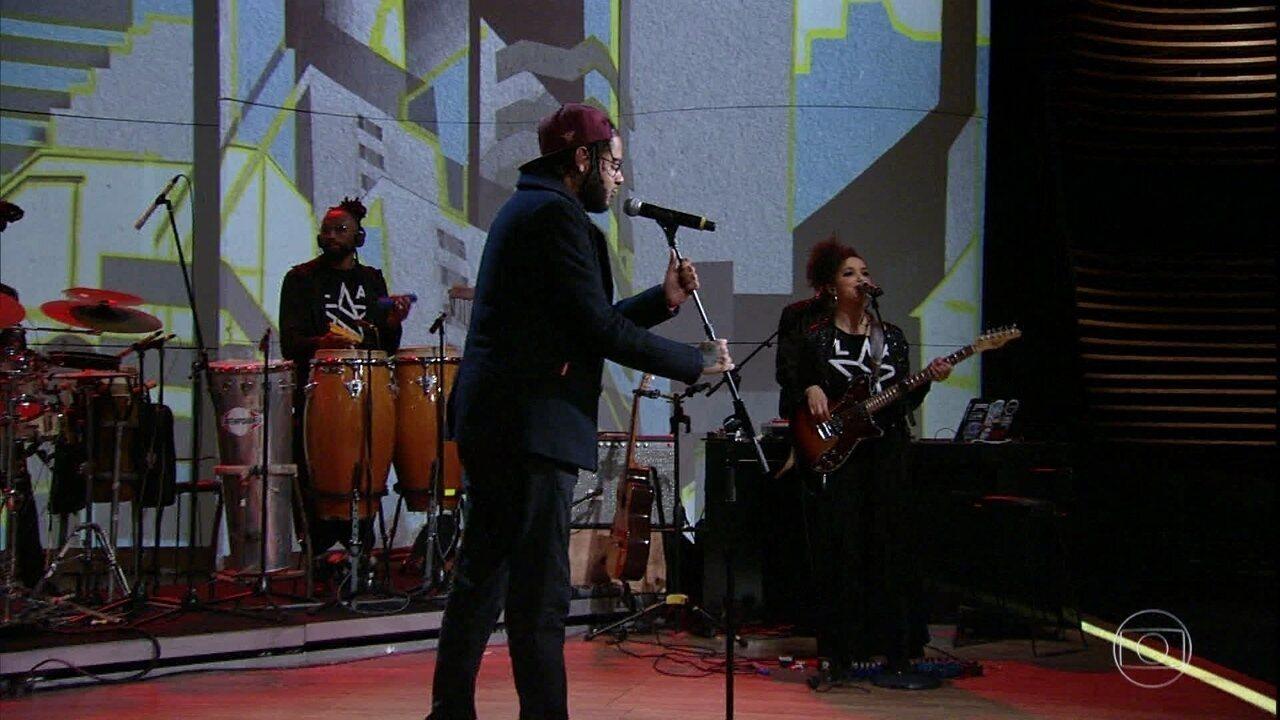 Emicida e Anna Tréa cantam