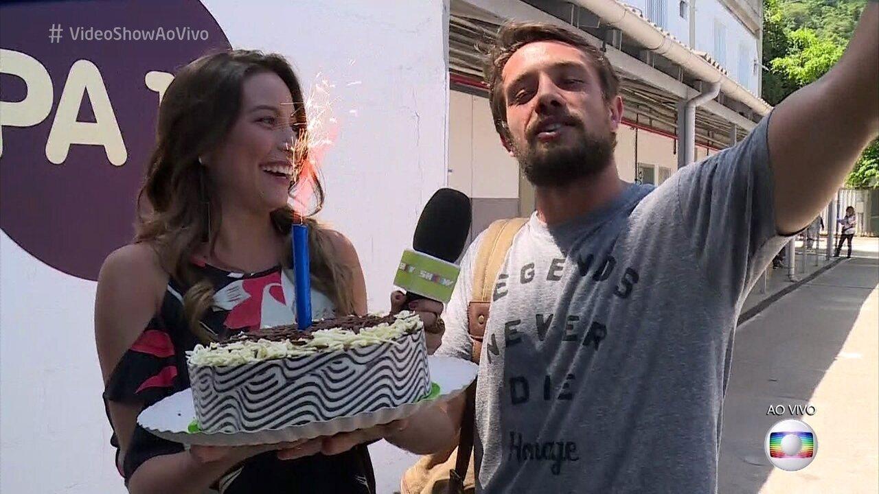 Rafael Cardoso ganha bolo surpresa do 'Vídeo Show'