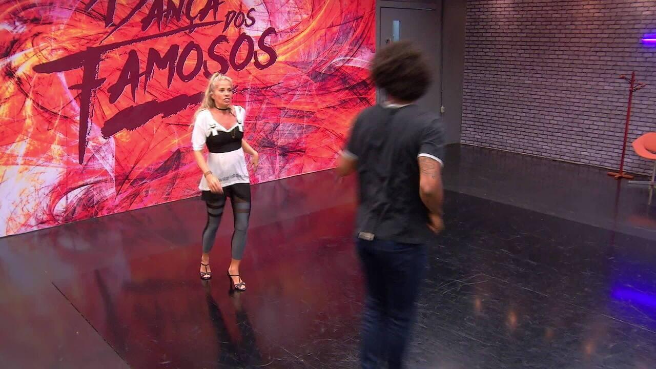 Adriane Galisteu ensaia para se apresentar no ritmo salsa