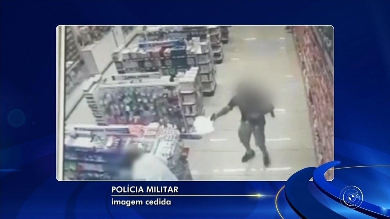 Com filho no colo, PM de folga reage a assalto e mata ladrões em farmácia; vídeo