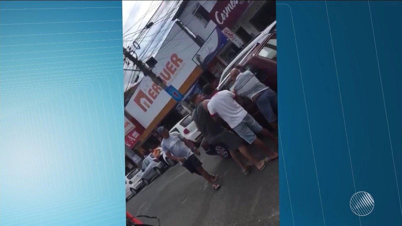 Idoso é agredido no trânsito de Feira de Santana após batida de carros