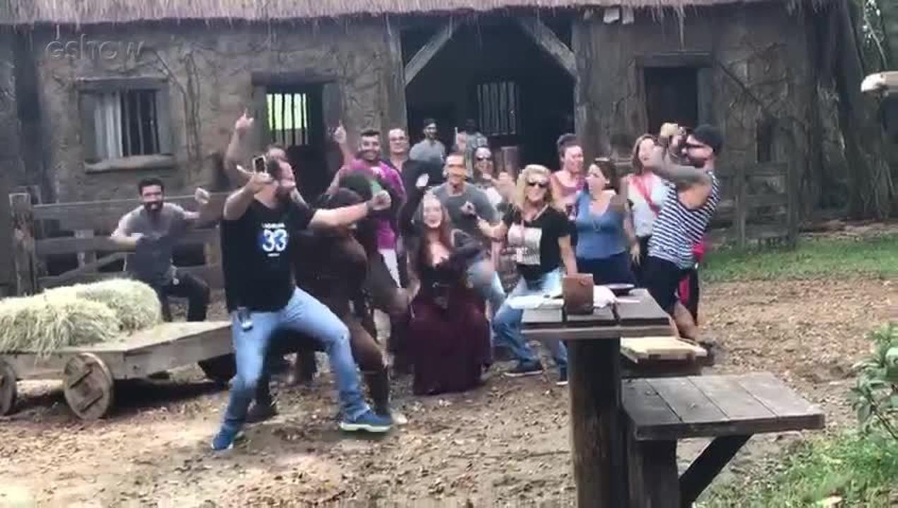 Marina Ruy Barbosa, Romulo Estrela e equipe dançam nos bastidores das gravações