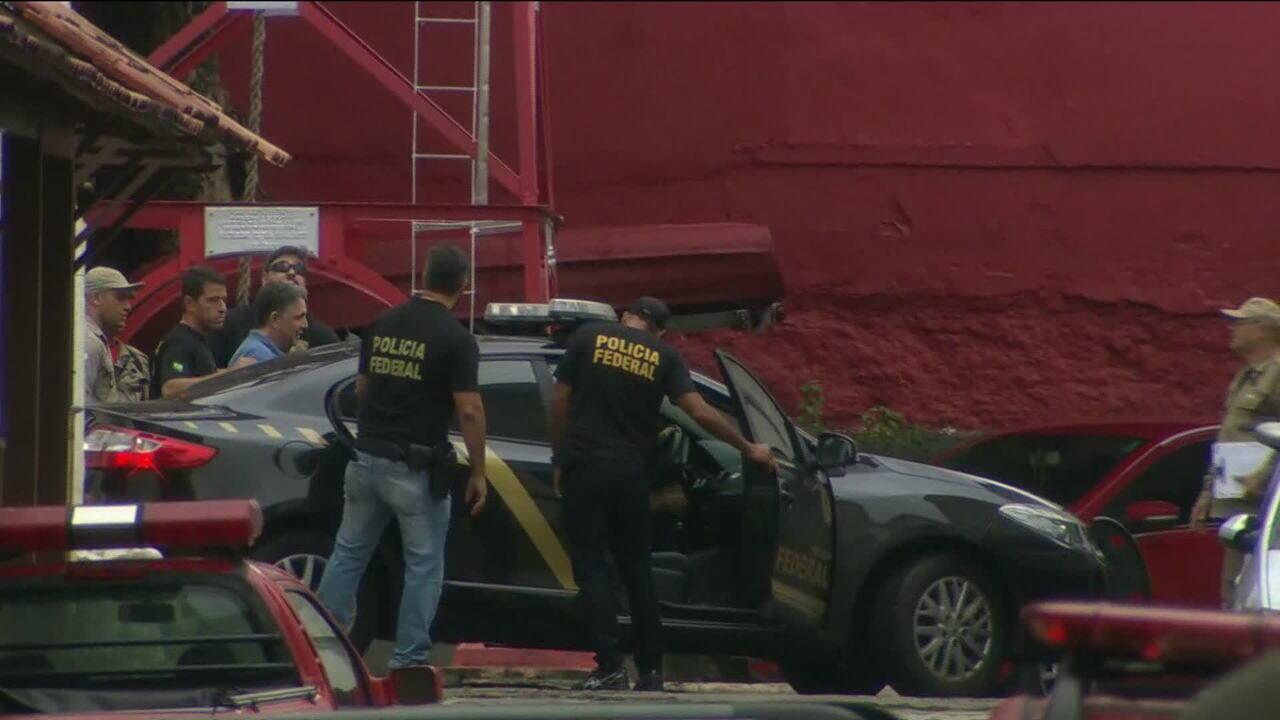 Garotinho deixa quartel do Corpo de Bombeiros e segue para presídio em Benfica