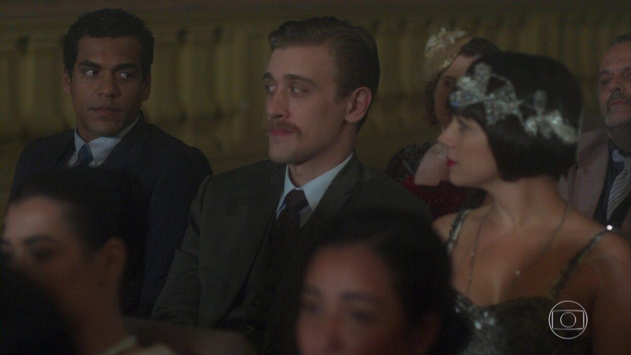 Edgar e Olímpia trocam olhares durante o recital