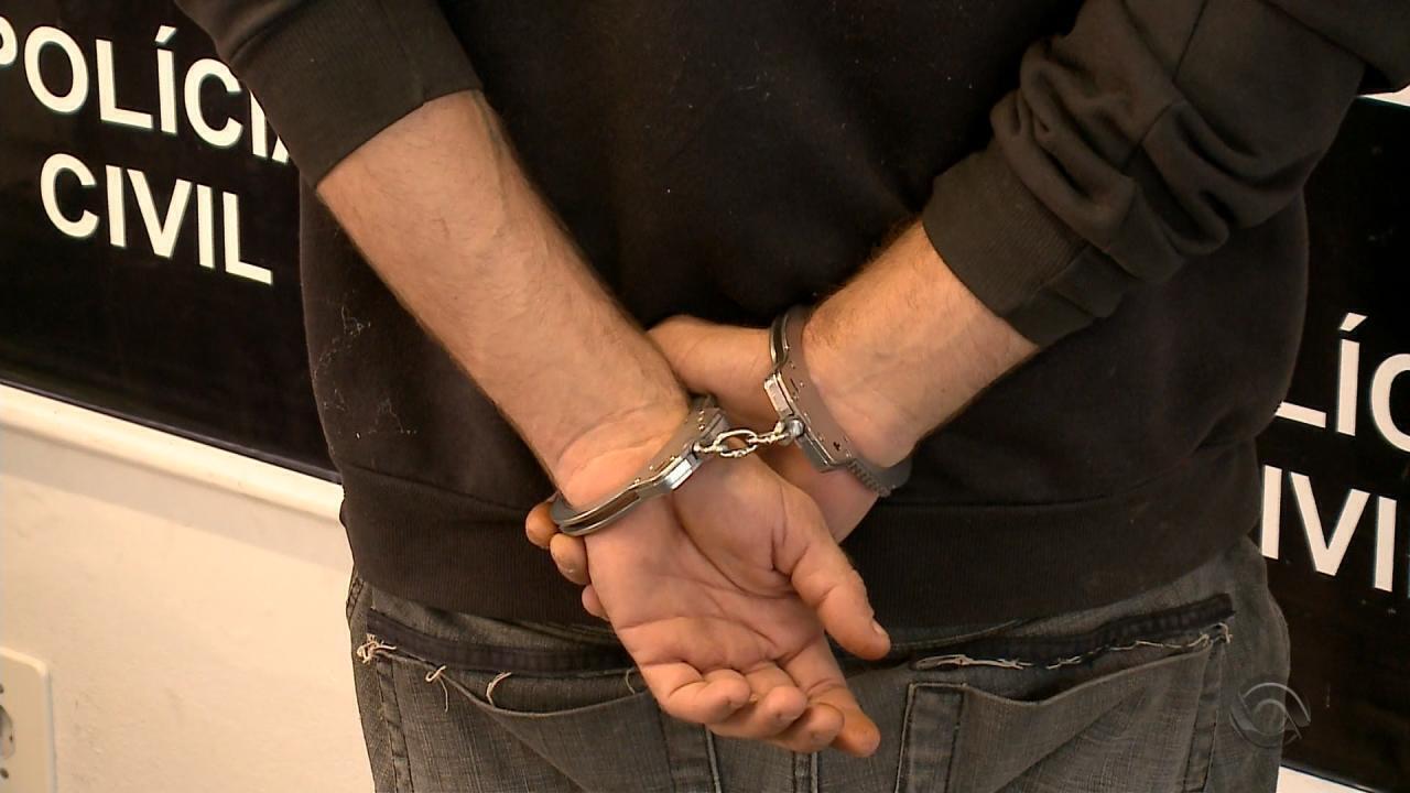 Mãe e padrasto são presos em Pelotas suspeitos de agredir gêmeos de três anos