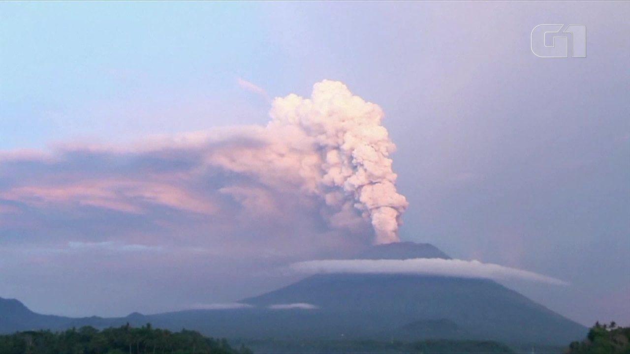 Vulcão Agung deixa Aeroporto de Bali fechado pelo 2º dia