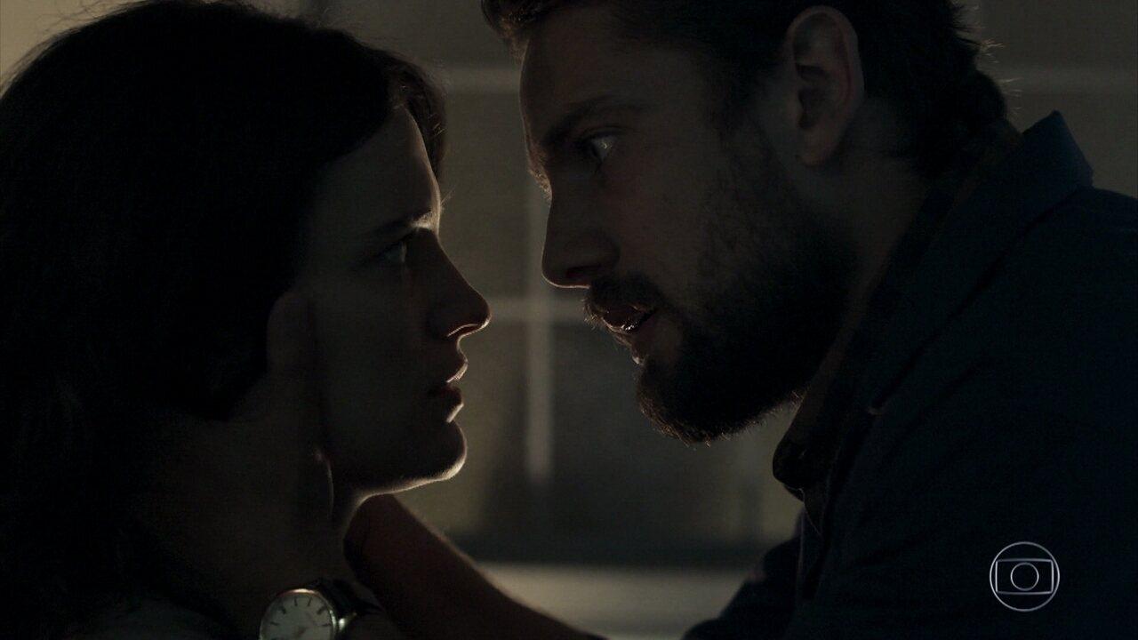 Clara e Renato se reencontram em 'O Outro Lado do Paraíso'