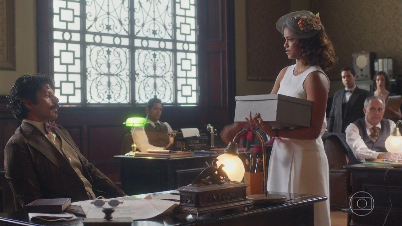 Eunice joga lixo na mesa de Criptus