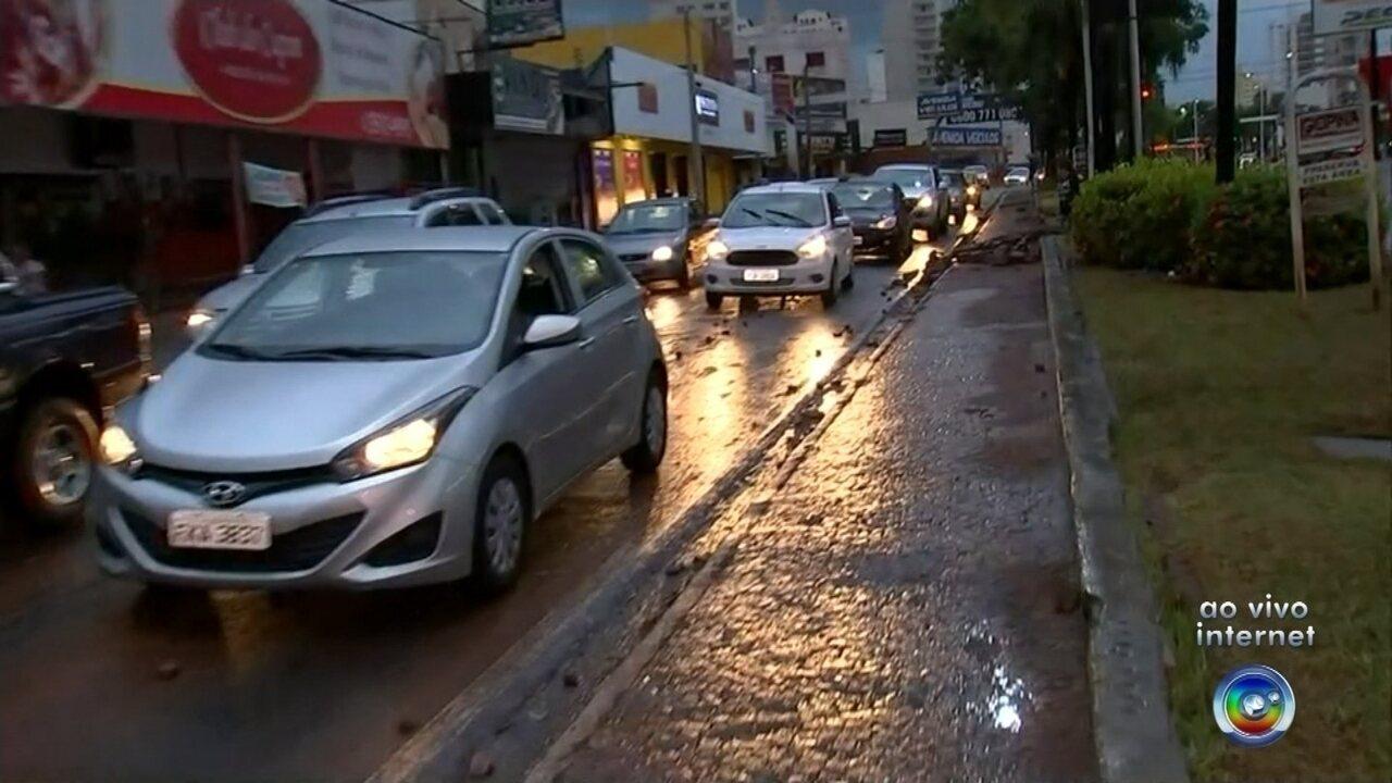 Avenidas ficam inundadas com chuva forte em Rio Preto