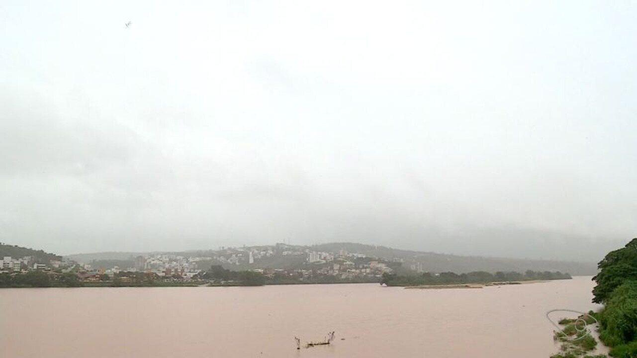 Chuva faz bueiros transbordarem e árvore cair em Colatina, ES