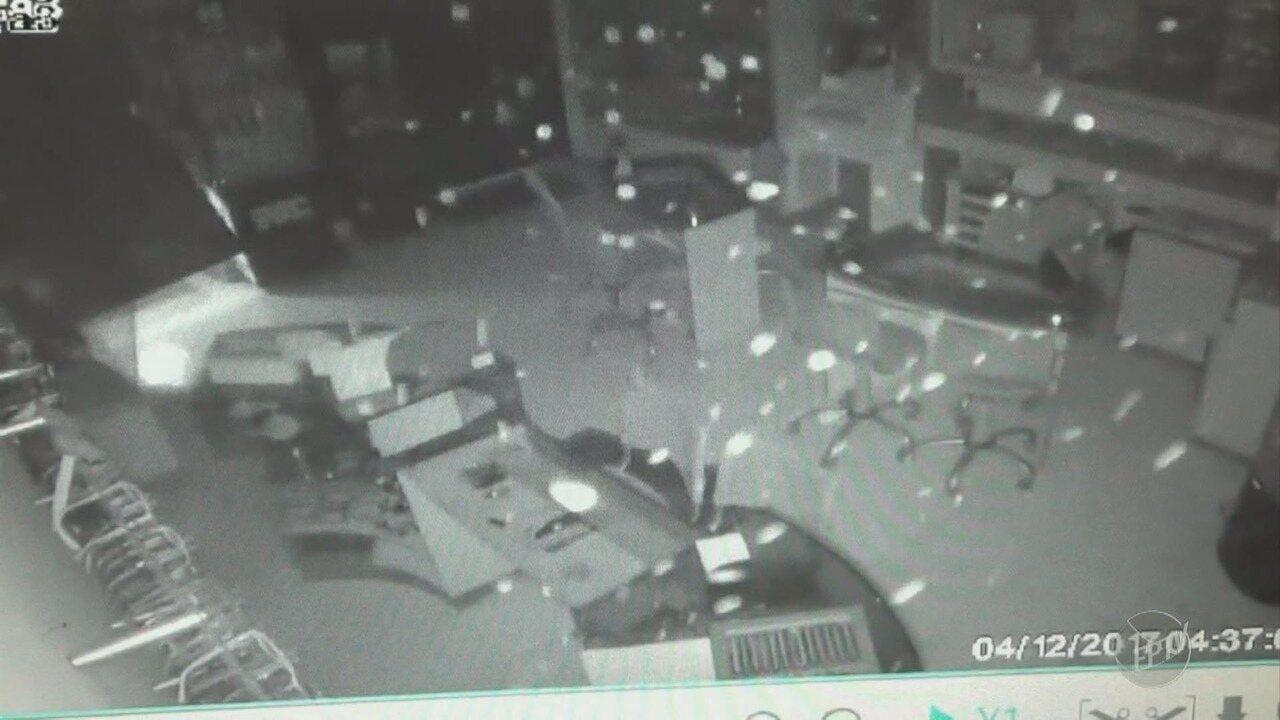 46d2269c885 Criminosos invadem relojoaria com carro e furtam óculos e relógios em  Piracicaba