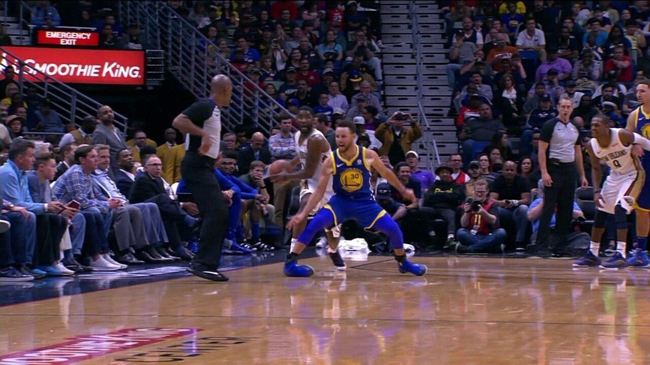 Curry torce tornozelo e sai de quadra