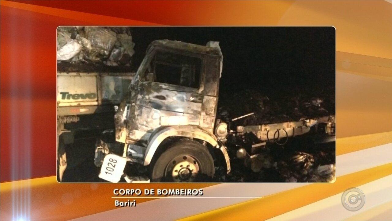caminhão carregado com amendoim pega fogo após colisão em Jaú