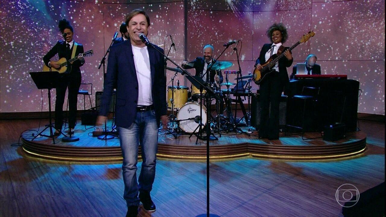 Humorista agradece ajuda de Chico Anysio em sua carreira artística e canta Roberto Carlos