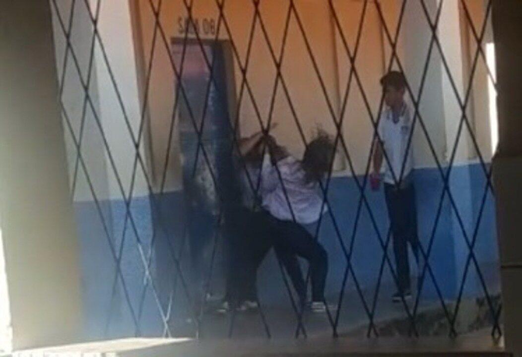 Professora é xingada e agredida por aluna dentro de escola em Teresina