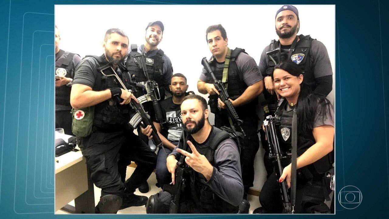 Policiais tiram fotos com o bandido Rogério 157