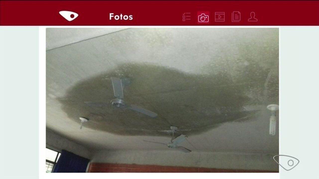 Escola em Lajinha fica alagada por causa de infiltrações e goteiras, no ES