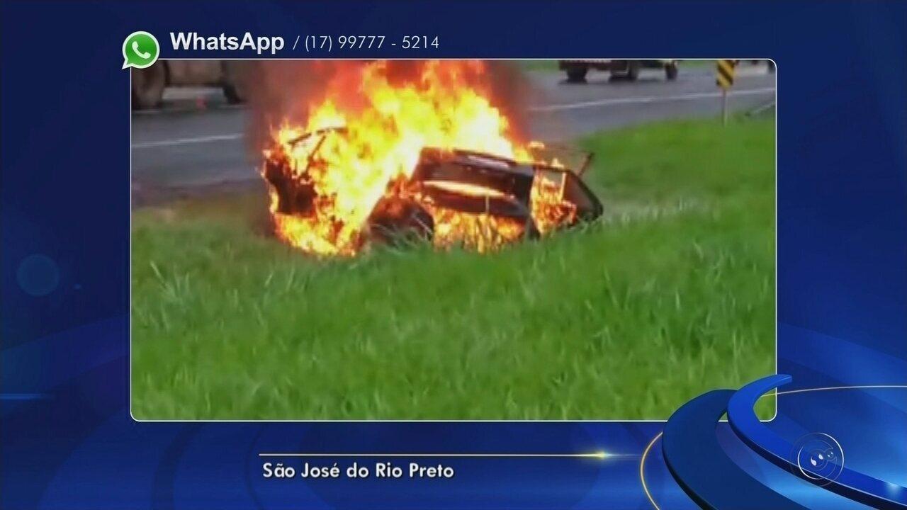 Carro pega fogo e mobiliza bombeiros em trecho urbano de rodovia
